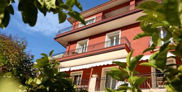 Entourée de jardins, la maison d'hôtes La Fabrique à Poupées se situe en plein coeur du centre ville de Menton