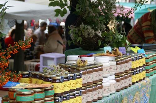 Pots de miel au marché ©