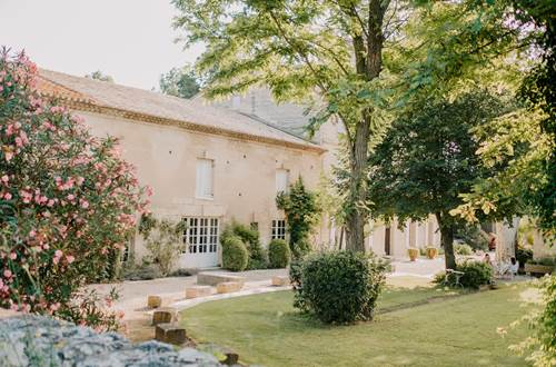 Les jardins ombragés du Domaine du Petit Mylord, à Beaucaire, en Provence ©
