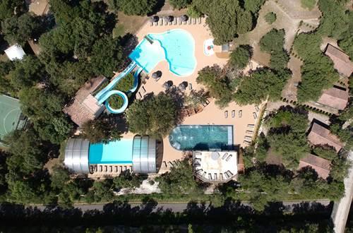 Parc aquatique avec piscine ludique, toboggans aquatiques, pataugeoire, piscine chauffée et couverte, balnéothérapie, solarium, spa ©