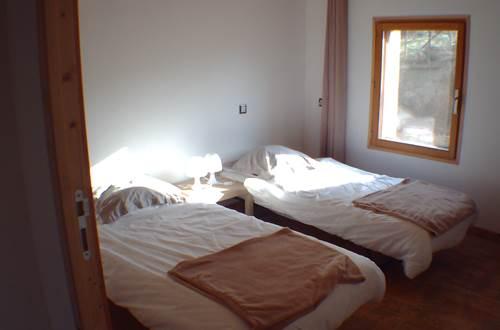 Chambre 2 RDC ( soit lit XXL soit deux lits 90 ) + lit pour Bébé en bois ©