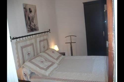chambre lit en 140 pour 2 personnes, couvertures, couette fournie, 1 armoire miroir ©