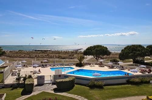 piscine, plage vue depuis les appartements ©