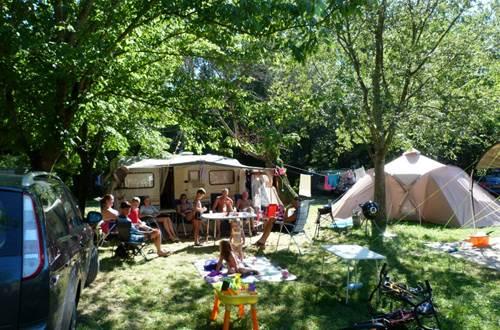 Un emplacement au Camping LES PLANS ©